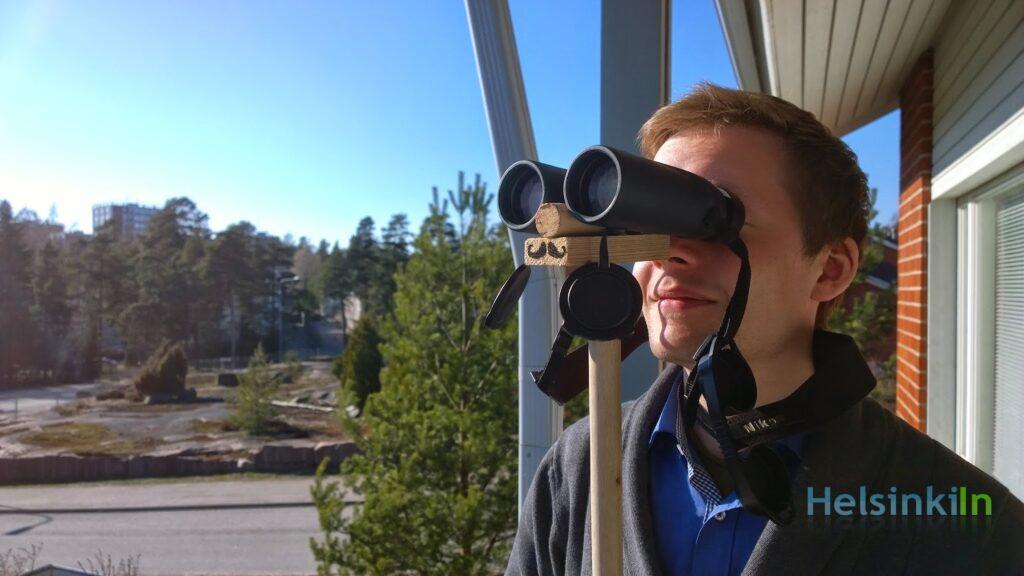 Using Finn stick to support the binoculars
